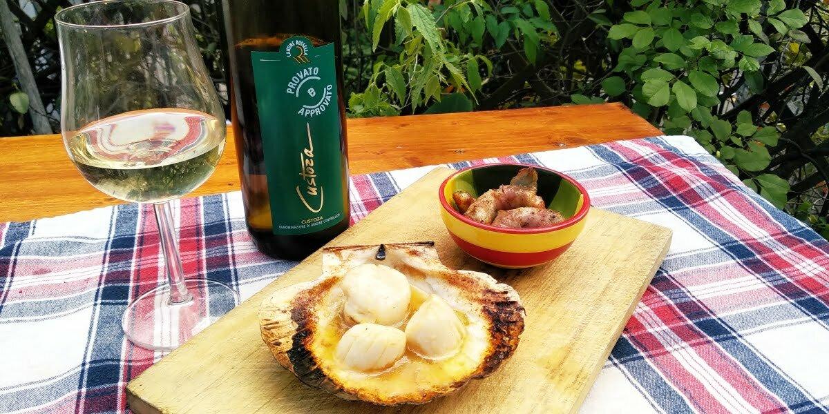 Vino e BBQ: Gamberoni lardellati e capesante ubriache al burro e lime
